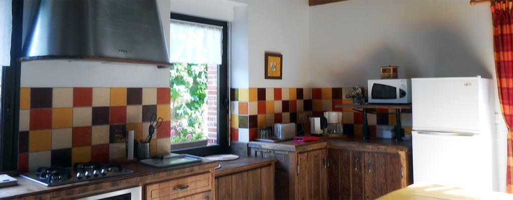 cuisine du gîte avec utilisation de bois ancien et hotte en inox fait maison à Guéméné-Penfao - Bretagne Sud