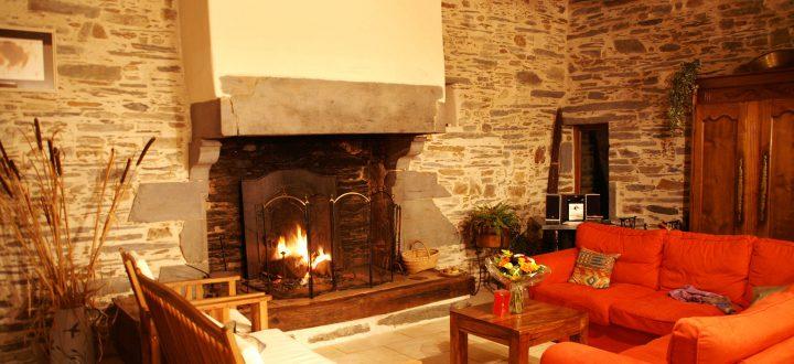 Au coin du feu grande cheminée Les Roseaux de Callac convicialité tradition chambre d'hôtes 44