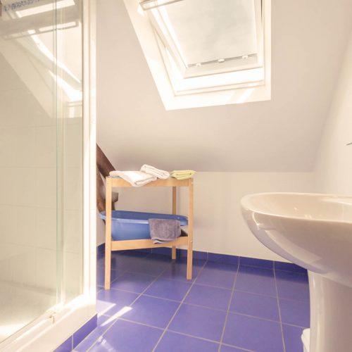 salle d'eau étage carrelage bleu gîte prairie